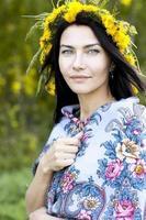 garota bonita em um lenço do verão foto