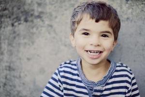 menino sorridente foto