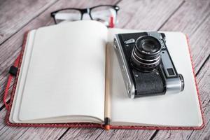 notebook e câmera retro