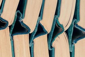 pilha de livros de capa dura antigos foto