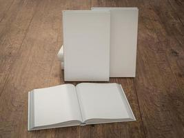 modelo de maquete vazio livro branco sobre fundo de madeira foto