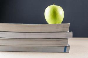 maçã em livros foto