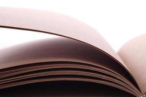 livro aberto papel em branco sobre fundo branco foto