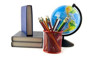 livros, lápis e globo