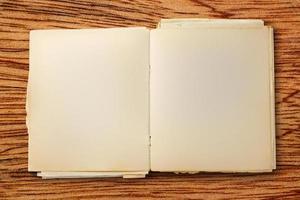 velho caderno em branco aberto foto