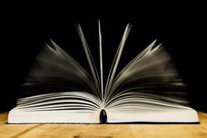 livro aberto na mesa de madeira foto