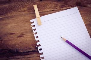 papel de livro de nota com lápis foto