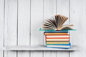 o livro aberto em outros livros multicoloridos. foto