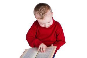 menino lendo um livro foto