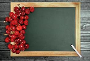 lousa com frutas cerejas foto
