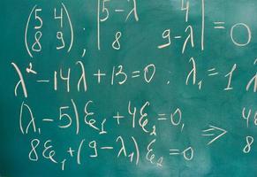 fórmulas escritas na lousa verde foto