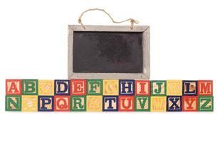 blocos de construção de alfabeto com lousa foto