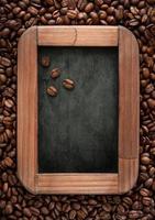 menu de quadro de giz com grãos de café foto
