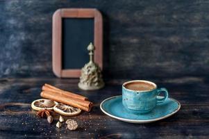 café e especiarias e menu de quadro de giz foto