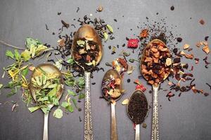 chá de ervas e masala num quadro negro foto
