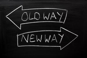 duas flechas com o caminho antigo e o novo caminho no quadro-negro foto