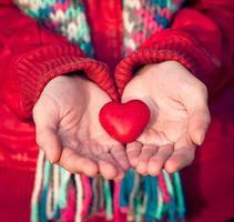 símbolo de amor de forma de coração na mulher mãos dia dos namorados foto