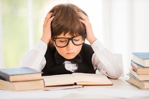 concentrado em estudar. foto