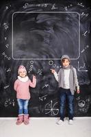 menino e menina estudando matemática foto