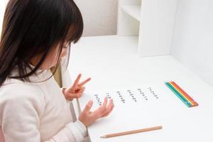 menina que estuda a aritmética