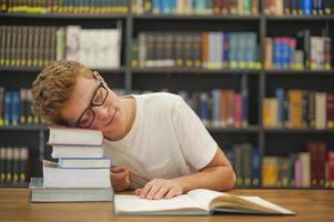 aluno em uma biblioteca foto