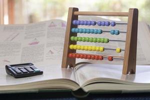 calculadora de livro e ábaco foto