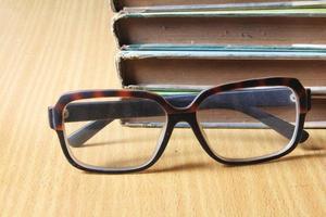 pilha de livros e óculos foto