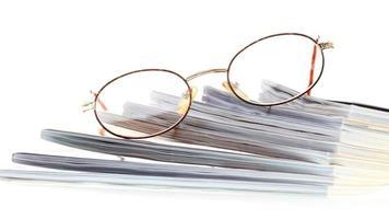 leitor de ebook de óculos isolado no branco foto
