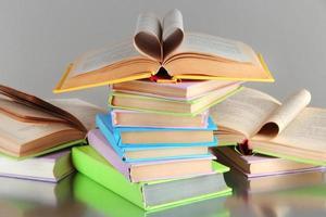pilhas de livros sobre fundo cinza foto
