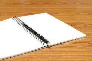 caderno e lápis foto
