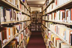 close-up de uma estante de livros