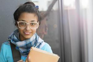 garota jovem estudante com óculos foto