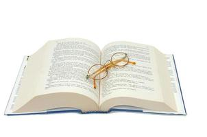 óculos de leitura e um livro
