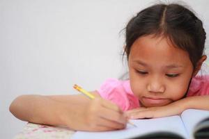 crianças escrevendo foto