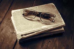 óculos de leitura vintage na pilha de livros