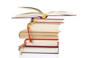 pilha e livro aberto foto