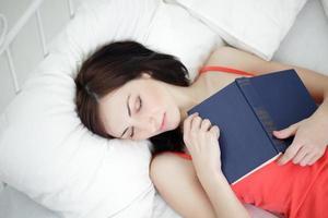 deslizamento de menina de beleza com livro em casa foto