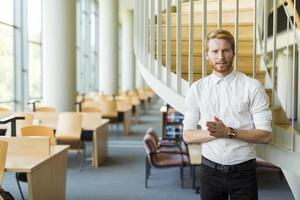 aluno inteligente promovendo biblioteca para a nova geração