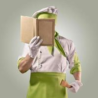 chef com livro de receitas foto