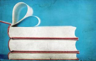close-up em páginas de livro em forma de coração foto