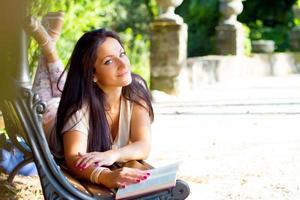menina com um livro foto