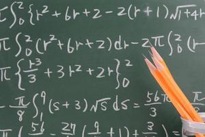 lápis e fórmula numérica foto