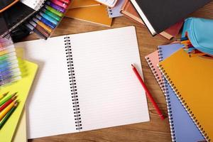 mesa de estudante universitário com livro de escrita em branco, cópia espaço