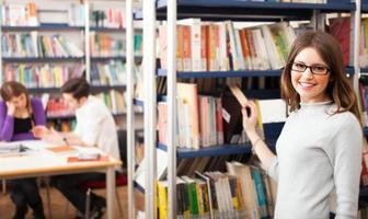 retrato de um aluno na biblioteca foto