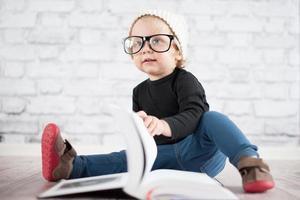 estudar muito com óculos de nerd