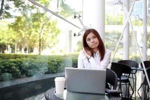 modelo de menina de negócios asiáticos com pose diferente foto