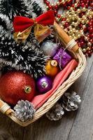 pequenos brinquedos de árvore do ano novo na caixa closeup