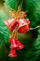 enfeites de natal na árvore de natal foto