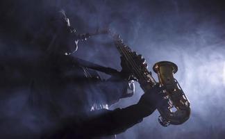 músico de jazz africano tocando saxofone foto
