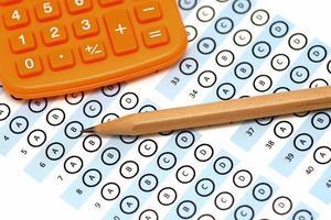 pontuação do teste da folha de respostas com calculadora a lápis foto